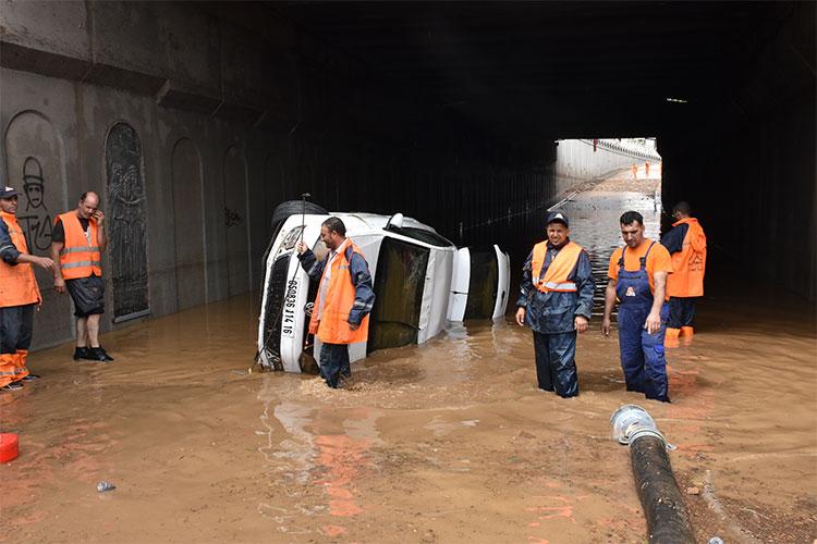 الملك سلمان يوجه بمساعدات للجزائر وتحذيرات من فيضانات مدمرة..